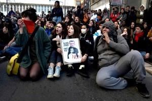 Sit-in des lycéens devant l'inspection académique. AFP or licensors